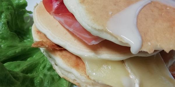 pancake con crudo e brie